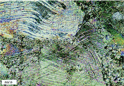 Bild I. Exempel på texturskillnader i metamorf kalksten (marmor) varvid a) visar bergart med enkel kornfogning och tydlig spaltning, medan b) visar bergart som försegats av spänningar i berggrunden och texturella svagheter därmed till stor del eliminerats (Kalcit är dock ett mjukt mineral som fortfarande ger bergarten dålig slitstyrka). Förstorat ca 50 gånger, polariserat ljus. Tunnslip.
