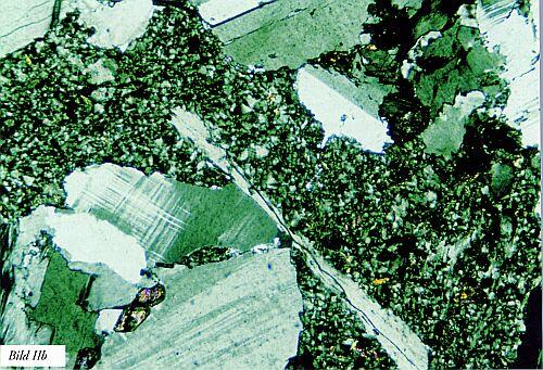 Bild II. Exempel på graniter med a) svag kornfogning som ger upphov till sprödhet och dålig slitstyrka samt b) bergart som deformerats av spänningar i berggrunden så att en porfyrisk textur med god slitstyrka uppkommit (ett i genomskärning avlångt glimmerkorn har dock spaltat upp). Tunnslip. Förstoring ca 50 gånger, polariserat ljus.
