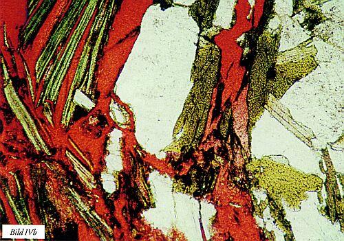 Bild IV. a) glimmermineral som utkristalliserats i ett sick-sack mönster i kvartsit och ger försämrad slitstyrka samt b) sönderfall av glimmerrik partickel (av gnejs) efter ingjutning i rödfärgad härdplast (som krympt vid härdning). Tunnslip. Förstoring 100 resp. 50 gånger, bild b) i vanligt icke polariserat ljus.