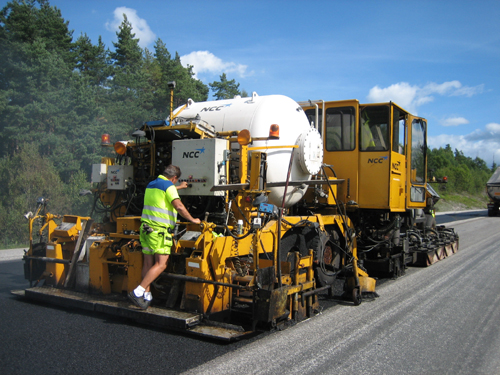 Bild 12:24 a) Repavingutrustning CUTLER: Repaving av körbana 13-metersväg. Kapacitet 12.000 m2/skift.