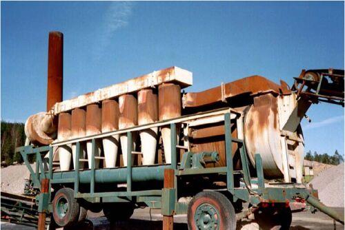 Bild 14:6 Uppvärmningen av stenmaterialet till asfaltlösningsbetong och oljegrus kunde ske i utrustningar som den på bilden. Rökgaserna renades i sk. cyklonfilter. Det uppvärmda materialet blandades sedan med bitumenlösning i en Luckstablandare