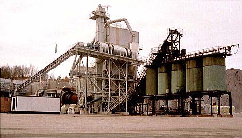 Bild 14:9 Halvvarm produktion kan utföras i konventionella varmblandningsverk. Verket på bilden har en särskild värmetrumma för asfaltåtervinning