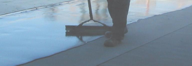 Utläggning av 10-12 mm tjock asfaltmastix. Mastixen flyter ut och bildar ett vattentätt skikt utan några skarvar