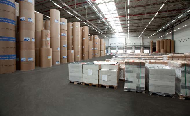 Industrigolv med gjutasfalt [Magazin 02] I ett papperslager är det extremt viktigt att inga föroreningar kan fastna i ändarna på pappersrullarna då de kan sabotera en hel pappersmaskin vid vidareproduktion.